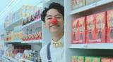 """赤い付け鼻でチャーミングに魅せる""""お菓子""""役の妻夫木聡"""