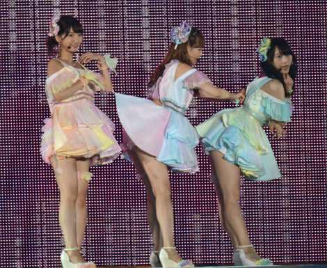 松井玲奈(右)の背中のジッパーが下りず焦る小嶋陽菜(中央)(撮影:鈴木かずなり)