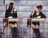 HKT48の中2コンビから給料を追及され大あわての松井珠理奈(左)と高橋みなみ(撮影:鈴木かずなり)