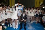 チャリティー活動『アイス・バケツ・チャレンジ』に参加し、氷水を頭からかぶった秋元康氏