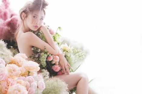 サムネイル 『PEACH JOHN Beauty』秋号で柔肌を披露する紗栄子