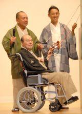 車いすで登場した林家こん平と(左から)三遊亭小遊三、三遊亭王楽 (C)ORICON NewS inc.