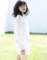 大きめ白シャツを羽織った川口春奈(『2015年カレンダー』より)