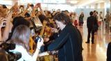 羽田空港でファンサービスを行ったオーランド・ブルーム