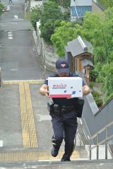 荷物を抱えて階段を登るシーンも… (日本郵便『ゆうパック』新CMメイキング)