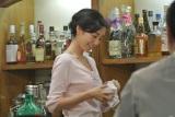 カフェバーのママ役を演じる木村多江 (日本郵便『ゆうパック』新CMメイキング)