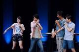 スーツアクターの福沢博文(左から3番目)からヒーローポーズを直接指導される、遠藤、鈴村、神谷。