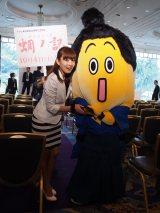 映画『蜩ノ記』(10月4日公開)完成報告会見場に現れたナナナ侍と狩野恵里アナウンサー