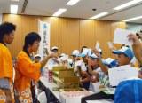 追手門(おうてもん)学院大学と大阪府茨木市による小・中学生対象のイベント『まちづくり塾』で行われた模擬競りの様子 (C)oricon ME inc.