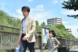 8月24日放送、TBS系ドラマ『おやじの背中』第8話より。懐かしい駄菓子に魅せられた主人公を大泉洋(左)が演じる。(右は田中奏生)(C)TBS