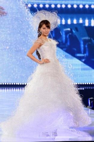 サムネイル 『神戸コレクション2014 AUTUMN/WINTER』でウェディングドレス姿を披露した加藤夏希