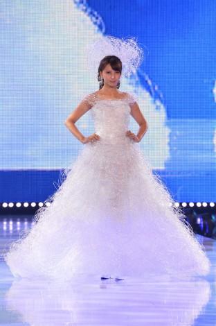 『神戸コレクション2014 AUTUMN/WINTER』でウェディングドレス姿を披露した加藤夏希