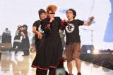 『神戸コレクション2014 AUTUMN/WINTER』トリに登場した氣志團。もう1曲歌おうとしてスタッフ(?)に取り押さえられる綾小路翔