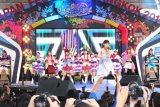 タイで行われた『Japan Festa in Bangkok2014』のステージで熱唱する安倍なつみ。バックで踊る現地のカバーダンサーたちは手作り(?)の安倍のモー娘。時代の衣装を着用。