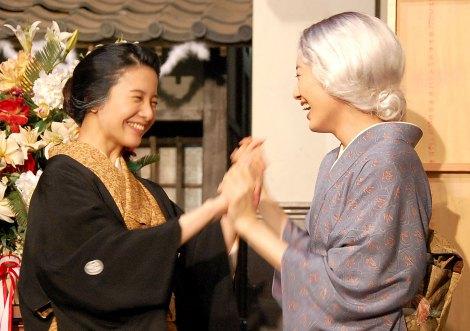 NHK連続テレビ小説『花子とアン』クランクアップ取材会に出席した(左から)吉高由里子、仲間由紀恵 (C)ORICON NewS inc.