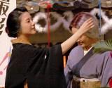 仲間由紀恵に付いた紙くずを取ってあげる吉高由里子(左)=NHK連続テレビ小説『花子とアン』クランクアップ取材会 (C)ORICON NewS inc.