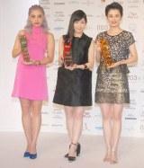 『THE BEAUTY WEEK AWARD 2014』授賞式に出席した(左から)植野有砂、渡辺麻友、ホラン千秋 (C)ORICON NewS inc.