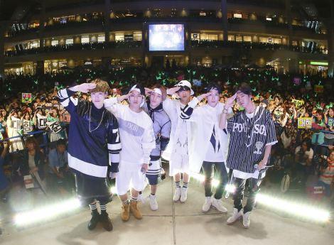 初の無料ライブを行ったB.A.P(左からZELO、デヒョン、ジョンアプ、ヨンジェ、ヒムチャン、バン・ヨングク)