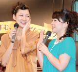 北陽の虻川美穂子(左)を祝福した伊藤さおり(右) (C)ORICON NewS inc.