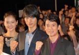 映画『イン・ザ・ヒーロー』が公開。主演の唐沢寿明(右)、福士蒼汰(中央)らが舞台あいさつに登壇。(右端は黒谷友香) (C)ORICON NewS inc.