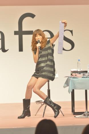 『mama fes 2014 Autumn』でライブとトークショーを行ったhitomi