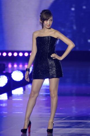 サムネイル ミニドレスで抜群のスタイルを披露した紗栄子(撮影:鈴木かずなり)