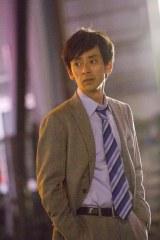 松本莉緒の夫役で出演した滝藤賢一=ロッテ『ショコランタン』の新CMより