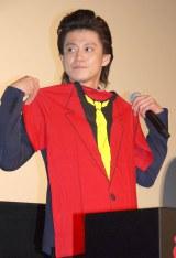 ルパンTシャツをあてがう小栗旬=映画『ルパン三世』舞台あいさつ (C)ORICON NewS inc.