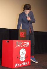 プレゼント抽選会を行った小栗旬=映画『ルパン三世』舞台あいさつ (C)ORICON NewS inc.