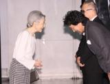 映画『蜩ノ記』東日本大震災復興支援チャリティー試写会で皇后陛下に頭を下げる役所広司(右)