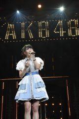 オープニングで「帰郷」をソロで歌った横山由依(C)AKS