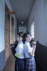 探偵役となる高校放送部のモモ(神戸桃役の金澤美穂)とミコ(仁科三子役の椎名琴音)(C)NHK