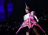 高橋みなみは東京タワーをモチーフにした衣装で登場。(C)AKS