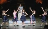 """乃木坂46メンバーを従え、""""こじ坂46""""というユニットで登場した小嶋陽菜。(C)AKS"""