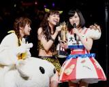 同じNMB48のメンバー・山本彩と小谷から祝福される渡辺。(C)AKS