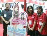 山路敦司教授(左)など教職員と学生が一緒になってゲームを作成(C)oricon ME inc.