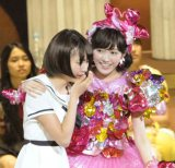 AKB48の新曲センターに抜てきされ、泣き出すHKT48宮脇咲良(左)と優しくリードする渡辺麻友(右)(写真:鈴木かずなり)