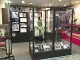 紀伊國屋書店・新宿本店で展開されている「ビブリア古書堂新宿店」。書籍だけでなく、ドラマに出演する剛力彩芽とAKIRA が着用した衣装や台本なども設置して、ビブリアにまつわる世界観を演出している。