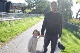 娘との散歩の様子をブログで紹介した今井洋介
