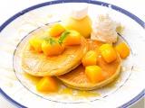 『マンゴーパンケーキ』…ふんわりとしたパンケーキに、甘さ控えめのホイップクリーム、マンゴーアイスをのせ、主役のマンゴーをふんだんに使ったパンケーキ