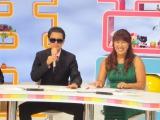 スタジオアルタから『5時に夢中!』生放送 (左から)タモリに扮した岡本夏生と火曜コメンテーターの北斗晶 (C)TOKYO MX
