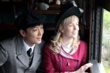 (左から)主役夫婦の亀山政春(玉山鉄二)と亀山エリー(シャーロット・ケイト・フォックス)(C)NHK