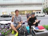 新型iPhoneを求めて…『アップルストア銀座』に並ぶ田村哲也さん(45・会社員)と渡辺朋晃さん(22・大学生) (C)ORICON NewS inc.