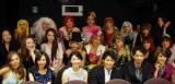須藤理彩、藤本泉、安田顕、原桂之介監督とお仕事帰りで鮮やかな衣装のオネエ30人