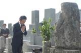 来年の大河ドラマ『花燃ゆ』で演じる周布政之助の墓参りをする石丸幹二(C)NHK