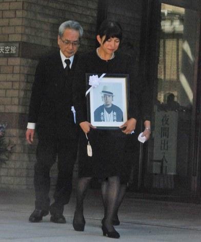 夫・TENNさんの遺影抱え涙する上原多香子 (C)ORICON NewS inc.