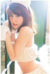 セクシーな犬のコスプレ姿を披露した島崎遥香 (C)主婦と生活社刊『AKBの犬兄妹』(6月30日発売)