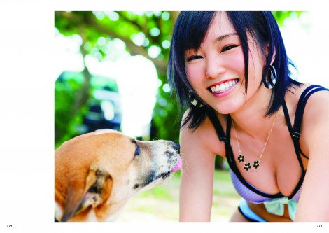 犬と触れ合い笑顔を見せる山本彩 (C)主婦と生活社刊『AKBの犬兄妹』(6月30日発売)