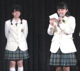 同期メンバーであり、実妹である清水花梨(右)が読む手紙を、涙をこらえるように聞く。(C)De-View