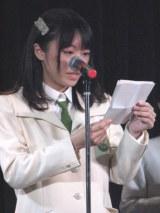 卒業する小川への贈る言葉の手紙を読もうとするも、涙で声をつまらせる齋藤優里彩。(C)De-View
